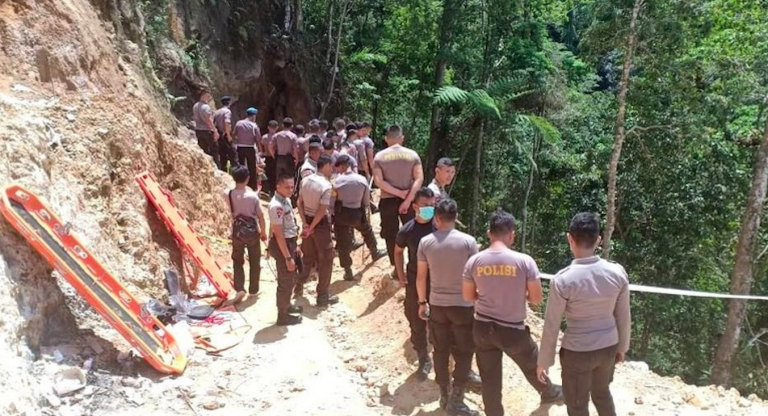 Indonesia, crolla miniera d'oro