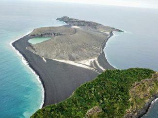 Isola nata da un'eruzione: si sviluppa la vita
