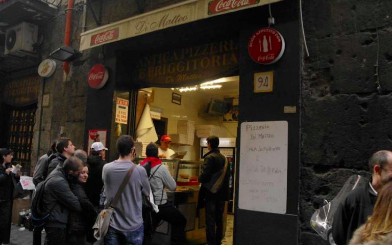 Napoli, colpi di pistola contro la pizzeria Di Matteo