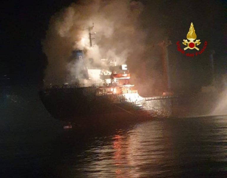 Chioggia, nave cargo prende fuoco: equipaggio portato in salvo
