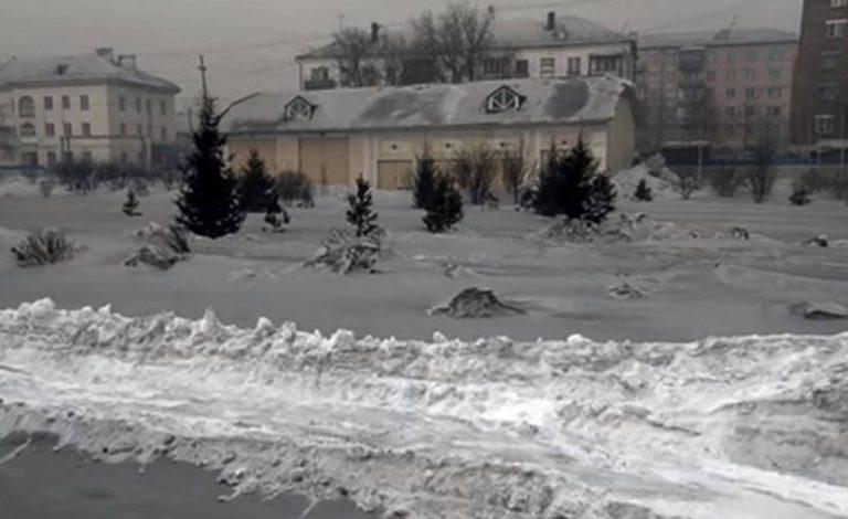 Siberia, il fenomeno della neve nera: il carbone la rende tossica