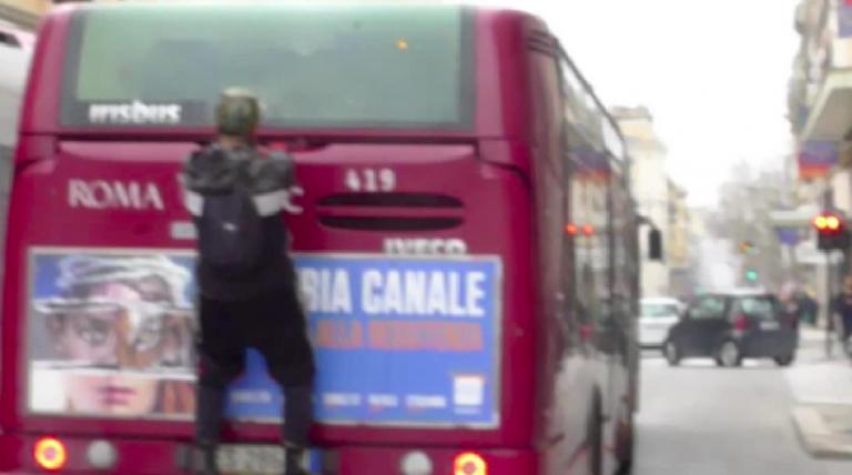 Roma, aggrappato al bus per non pagare il biglietto