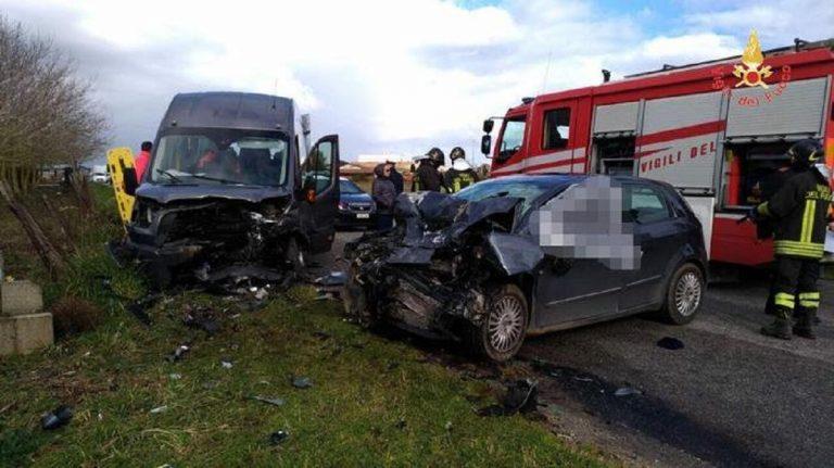 Vibo Valentia, scontro letale tra auto e minibus: un morto