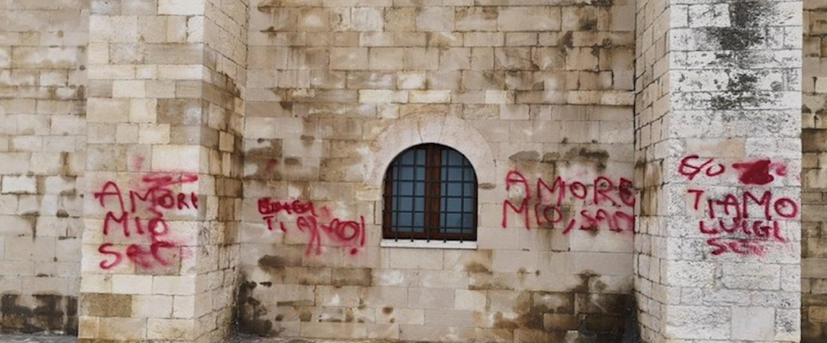 Scritte sul muro della cattedrale di Trani per San Valentino