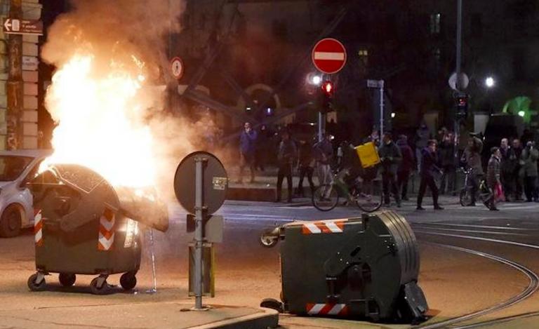 Torino, antagonisti lanciano petardo contro carcere