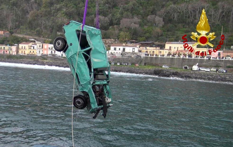Auto travolta da un'onda a Catania