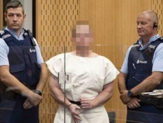 Il gesto di Brenton Tarrant in tribunale