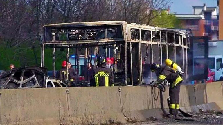 """Bambino fa da ostaggio sul bus in fiamme """"Mi sono offerto per tutti"""""""