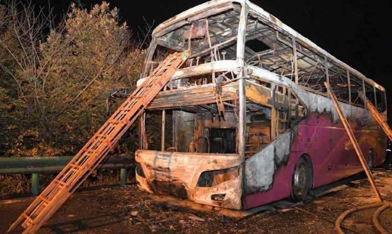 bus in fiamme cina