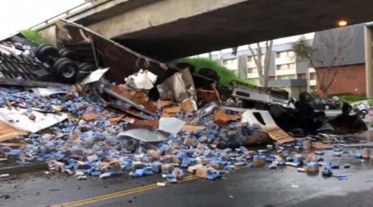 Los Angeles, camion carico di birra si ribalta e blocca la strada