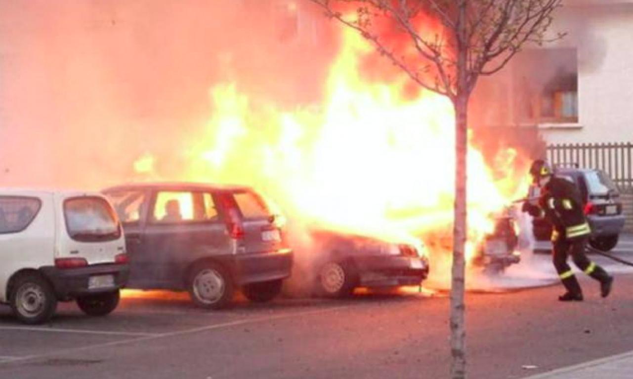 Dà fuoco all'auto dell'ex moglie