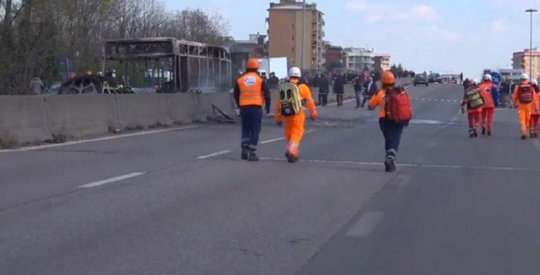 Milano, autobus esploso