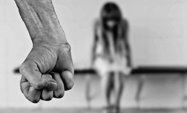 Padre stupra figlia