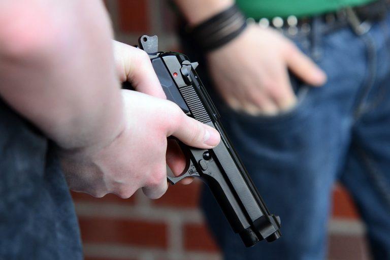 Negli Stati Uniti si spara un colpo nei genitali con la pistola