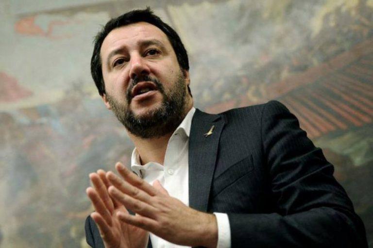 """Salvini, sì al grembiule a scuola """"Così tutti i bambini sono uguali"""""""