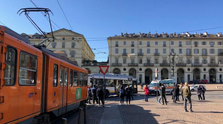 Torino, donna investita da un autobus perde il piede
