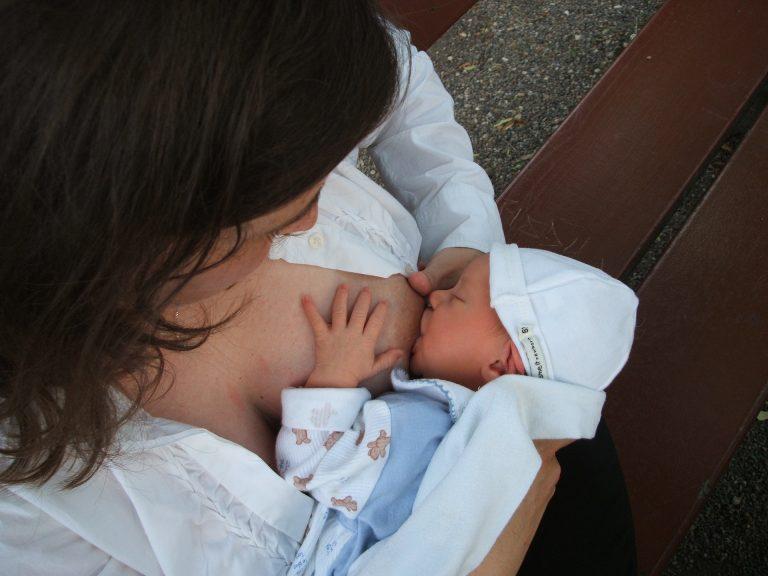 Treviso, allatta il figlio al bar e viene insultata