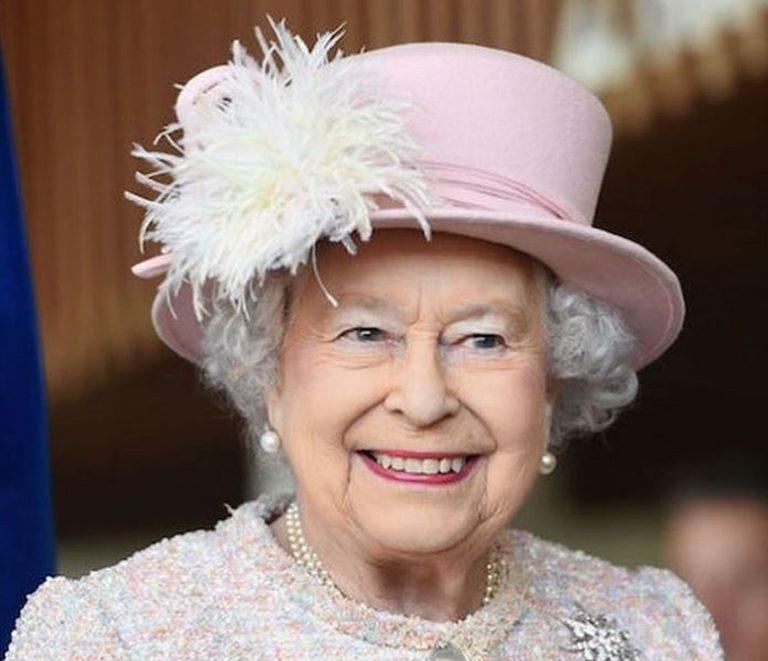 Perché la regina Elisabetta non ha il passaporto