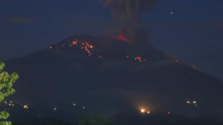 Indonesia, erutta il vulcano Monte Agung