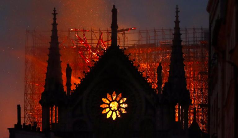 Notre-Dame, esulta l'Isis, incendio domato