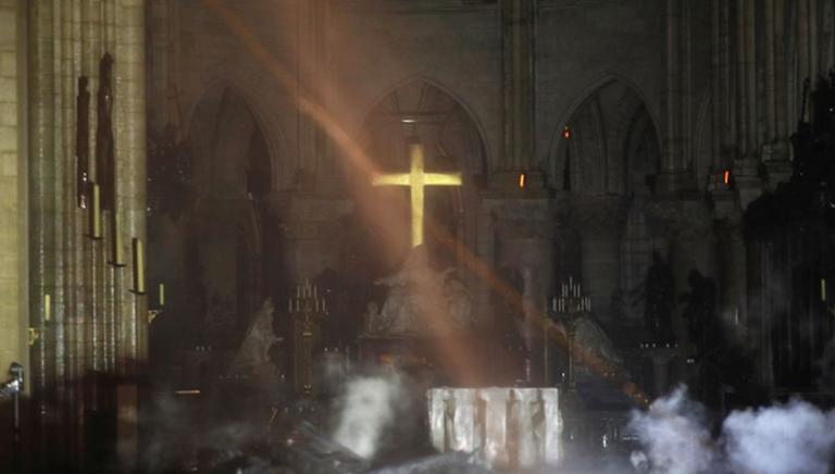 Notre-Dame, volta crollata, le immagini dell'interno