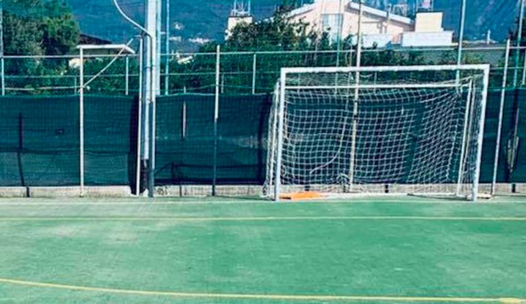 pavia-bimbo-sbatte-contro-palo-calcio