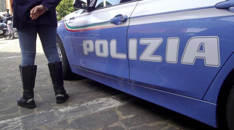 Polizia chiude centro massaggi hot