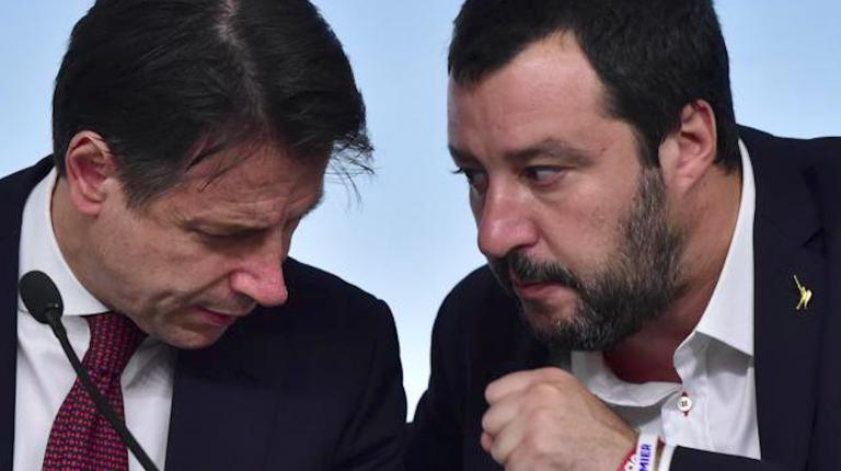 Salvini accolto con striscioni di protesta prima e dopo il comizio