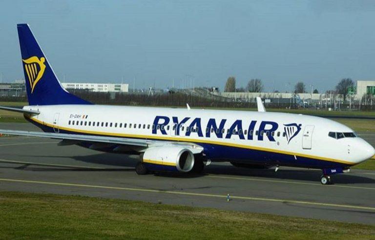 Ryanair, uomo tenta di aprire il portello durante il volo: arrestato