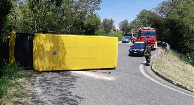 scuolabus rovesciato