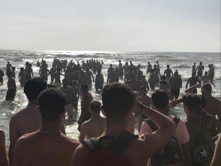 Anzio, corrente spinge al largo 30 bagnanti: catena umana per salvarli