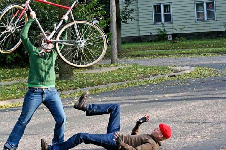 Ciclista non rispetta la precedenza, il pedone si fa giustizia da solo