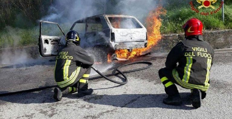 lecce auto prende fuoco