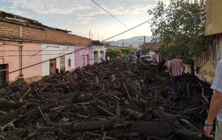 Jalisco, un'onda di fango e detriti ha invaso le vie di San Gabriel