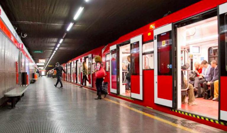 Milano, si getta sotto la metro