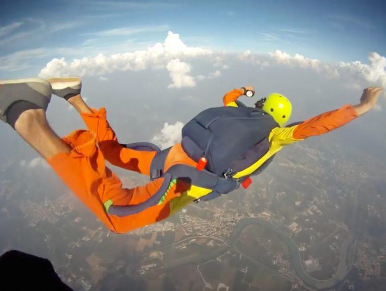 paracadute uomo lancio 768x579