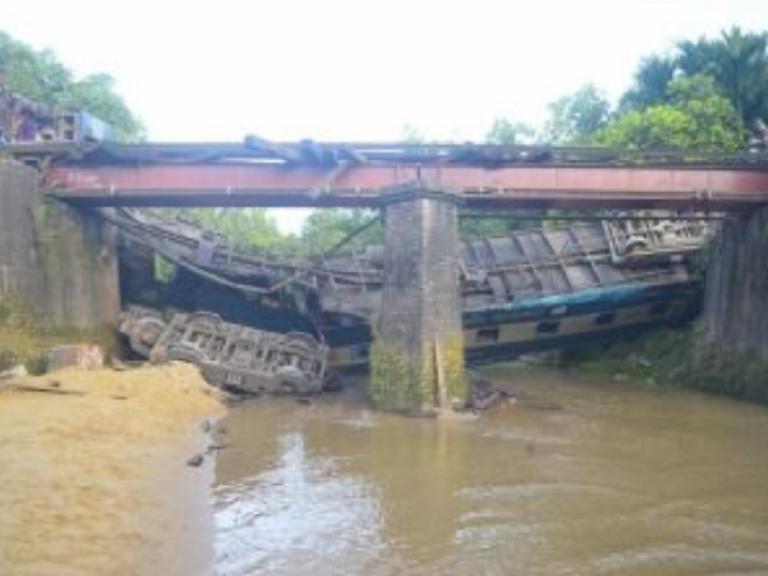 ponte treno fiume