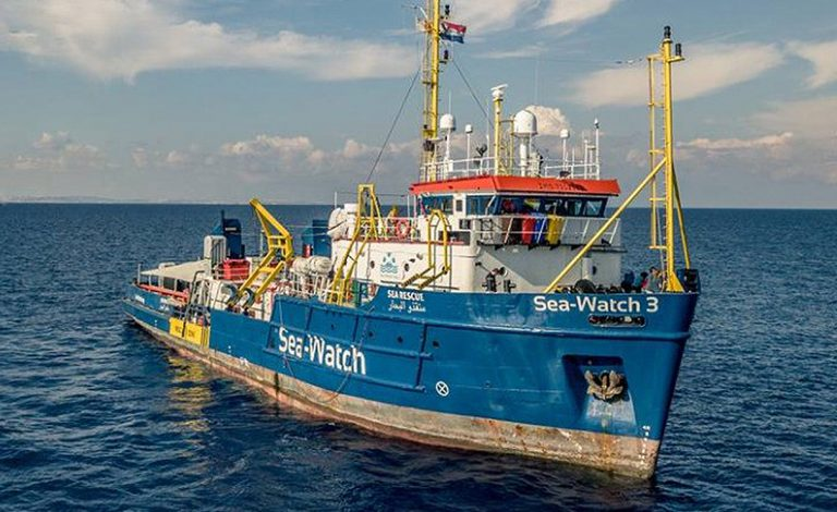Sea-Watch attracca a Lampedusa, comandante Carola arrestata tra applausi e insulti