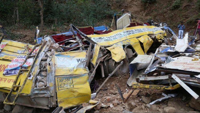 Autobus finisce in un fossato in India, 29 morti e 18 feriti