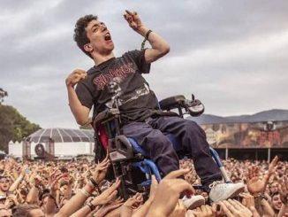 disabile sollevato in aria concerto