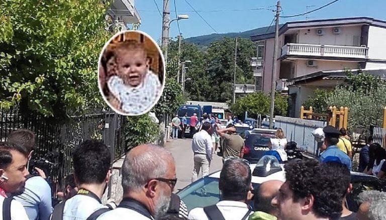 Lancia figlia dal balcone a Napoli, la disperazione della madre