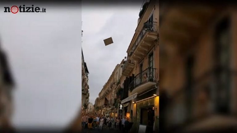 """Taormina, """"piovono"""" mobili e oggetti dal balcone di un palazzo"""