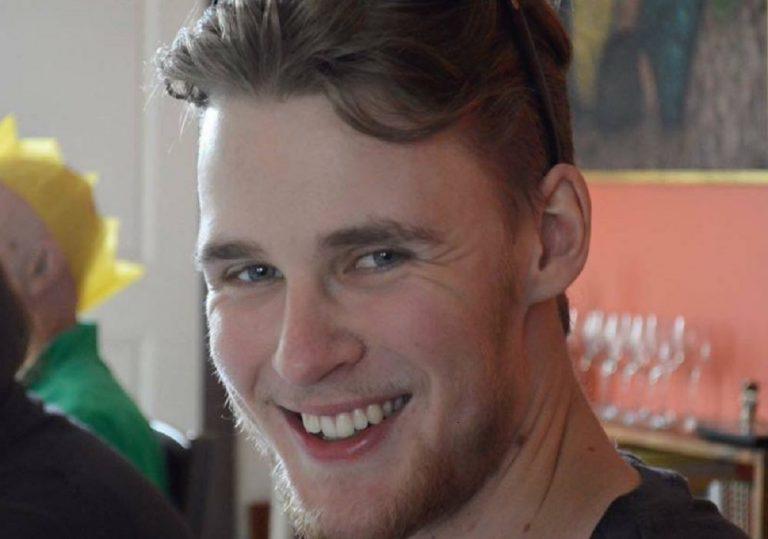 21enne beve frullato proteico e muore. L'appello del padre: