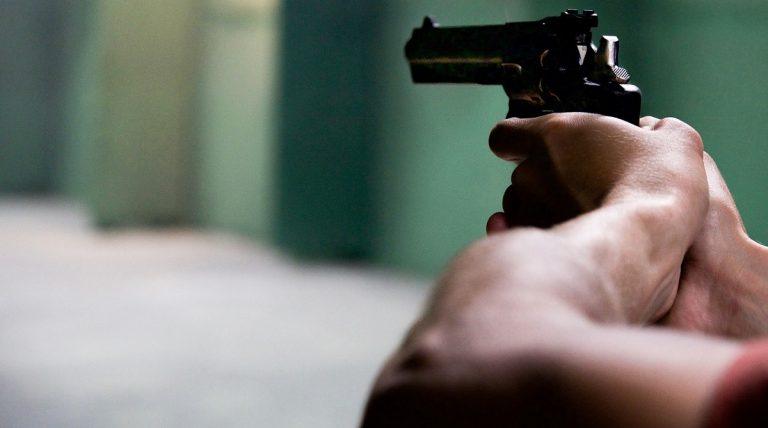 uomo spara ai ladri