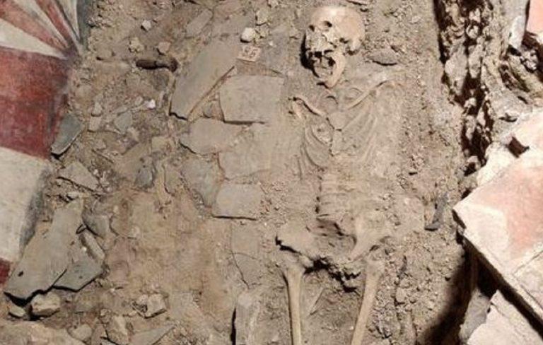 scheletro uffizi donna
