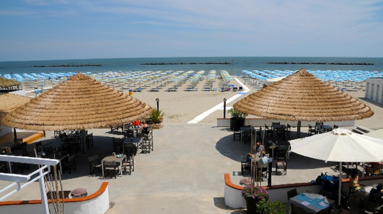 Malati Aids rifiutati da una spiaggia a Bari: