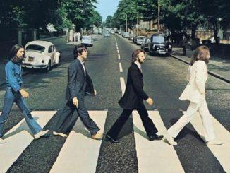 I Beatles attraversano Abbey Road