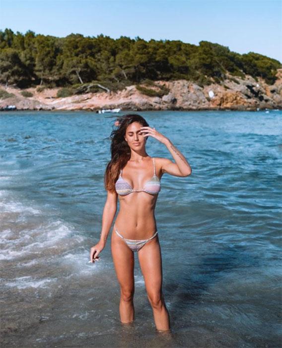cecilia rodriguez con la sigaretta in spiaggia