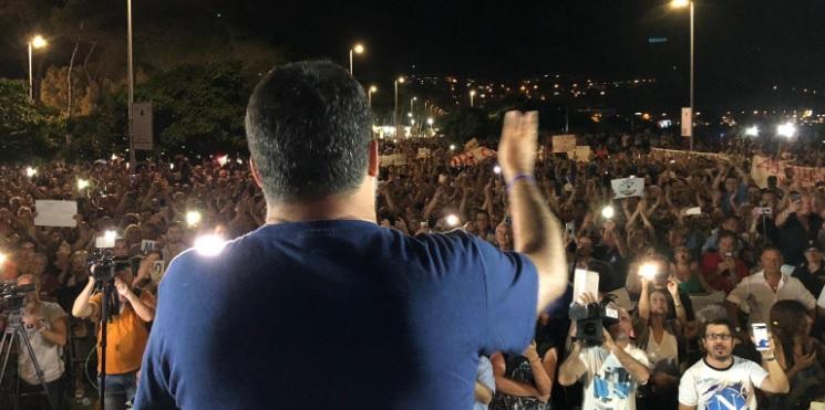 folla contro Salvini a Soverato