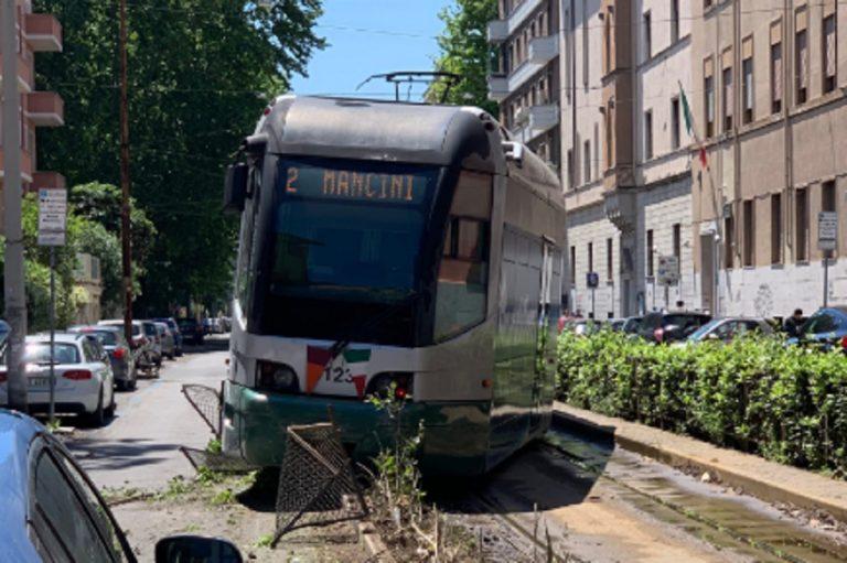 tram deraglia roma